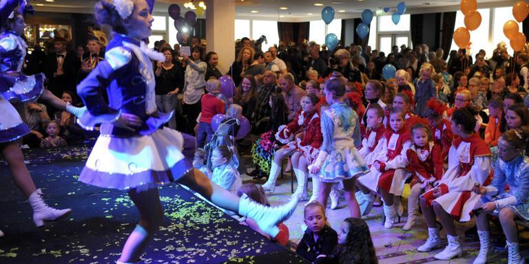 Glitterjurkjes en confetti in de grootste zaal van hotel Van der Valk in Emmen. Foto Henk Benting