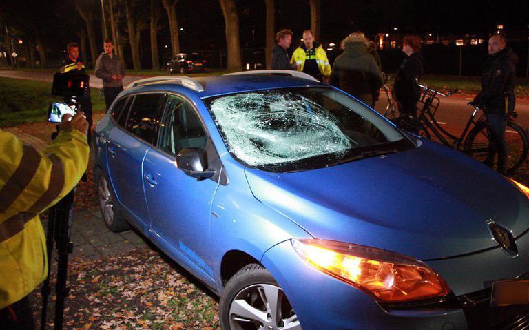 Fietser gewond bij botsing op Wolfsbosstraat in Hoogeveen.