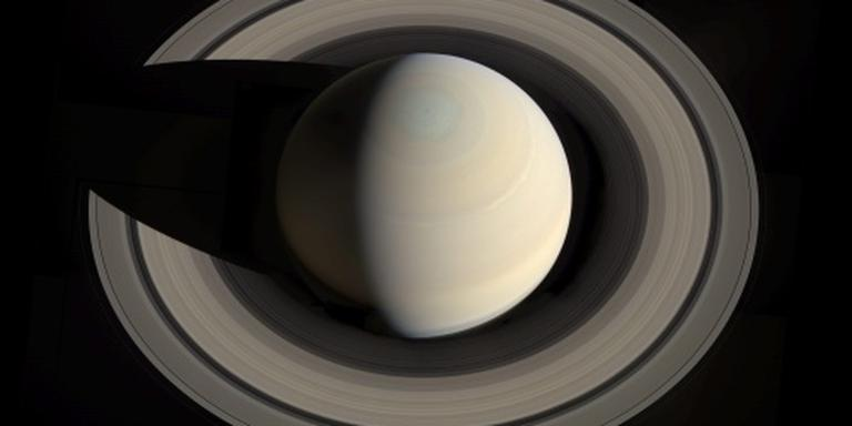 Oceaan onder het ijs van Saturnusmaan Dione