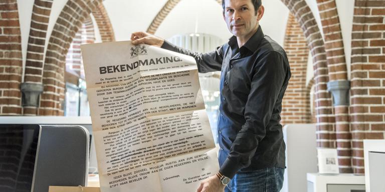 Egbert Brink van het Drents Archief met het oorlogsaffiche. Foto Marcel Jurian de Jong