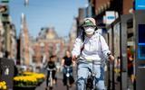 PvdA wil kijken naar nut van verplicht mondkapje tegen corona, ook buiten. De belangrijkste maatregel - anderhalve meter afstand - is 'sleets' geworden