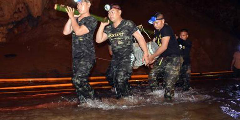 Thaise voetballertjes krijgen duiklessen
