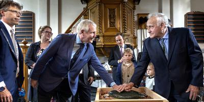 Burgemeester Ard van der Tuuk en Harke Bosma (voorzitter van het Abel Tasman Museum en Maori afstammeling Doug Huria bij de Pounamu)