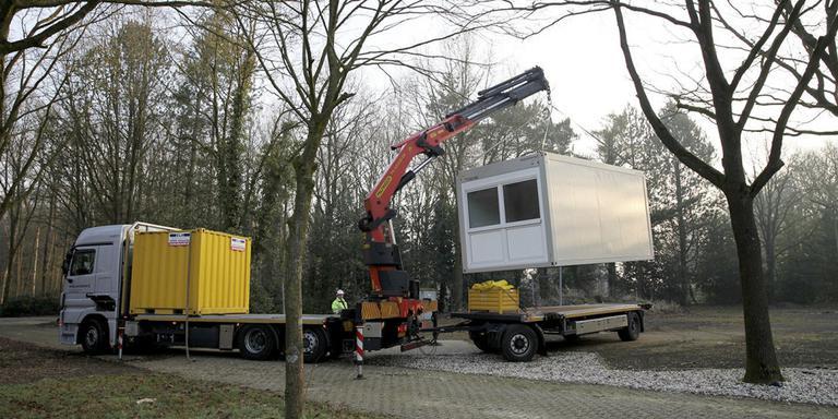 Containerunits worden geplaatst in Oosterhesselen. FOTO ARCHIEF DVHN