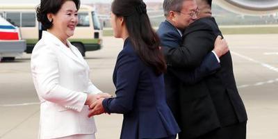 Warm welkom voor Moon bij aankomst Pyongyang