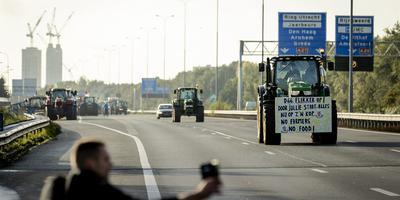 Boeren reden woensdagochtend over de snelweg om zich te verzamelen in de omgeving van het gebouw van de Rijksinstituut voor Volksgezondheid en Milieu (RIVM). In Groningen gaan boeren een rondje Ring rijden.
