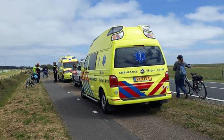 Fietsers frontaal in botsing op Ameland.
