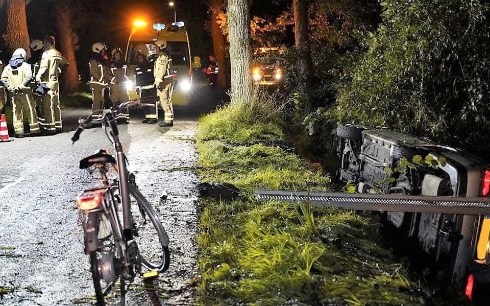 Auto belandt in sloot na ongeval op Roderwolderweg in Foxwolde.