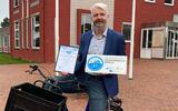 Wethouder Bé Schollema van Pekela met certificaat.