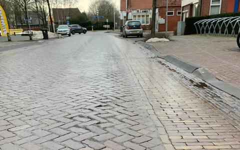 Grote vorstschade: weg in centrum van Vlagtwedde afgesloten