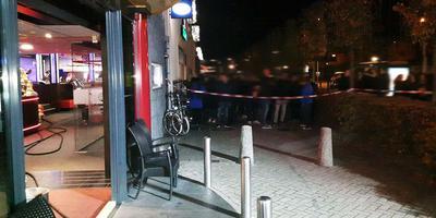 De bezoekers van het bowlingcentrum moesten achter een afzetlint wachten tot de brandweer klaar was. Foto Persbureau Meter