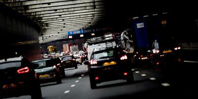 Auto's staan in de file op de snelweg tijdens de ochtendspits.