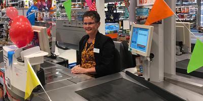 Minna Boersma-Woltman is veertig jaar in dienst bij de Albert Heijn in Delfzijl.
