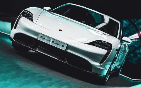 Snelheidsduivel die testrit met Porsche Taycan Turbo S op N33 moest bekopen met inleveren rijbewijs vaker veroordeeld voor te hard rijden