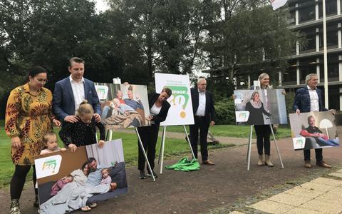 Gedeputeerde Tjisse Stelpstra (midden) lanceerde maandag met de Drentse boegbeelden de campagne Gewoon Zo!?