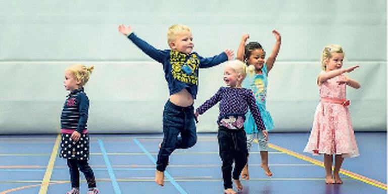 Op de locatie in Delfzijl-Noord voerden peuters gistermiddag een feestelijke dansact op in verband met het 25-jarig bestaan van Kids2b. FOTO GEERT JOB SEVINK