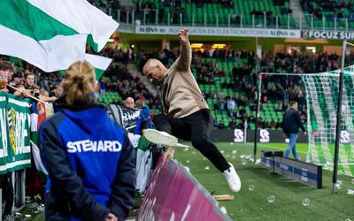 Danny Buijs op weg naar de supporters: ,,Als je in zo'n mensenmassa staat, doe je soms domme dingen.''