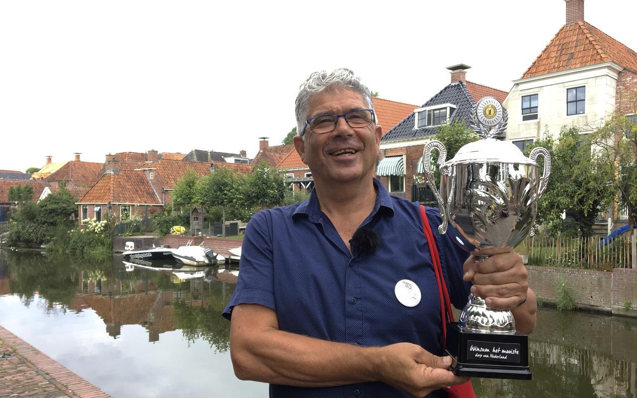 Dorpsgids Jan Bijsterveld met de beker van het Mooiste Dorps van Nederland.