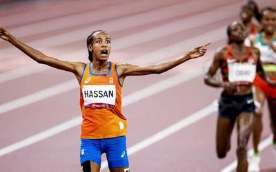 Sifan Hassan komt juichend over de streep.