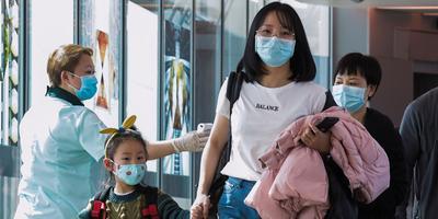 Op luchthavens in het Verre Oosten, zoals hier in Singapore, worden passagiers gescand op het coronavirus.
