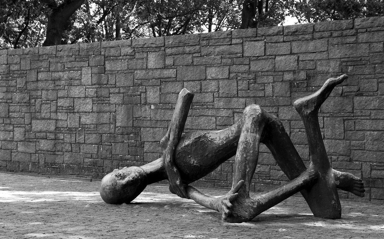 Het monument 'Stervende gevangene' bij Neuengamme. Foto: Mark Chambers/Wikimedia Commons