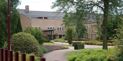 In het hoofdkantoor van Jehovah's Getuigen in Emmen werd een inval gedaan in verband met onderzoeken naar mogelijk seksueel misbruik. Foto: Archief DvhN
