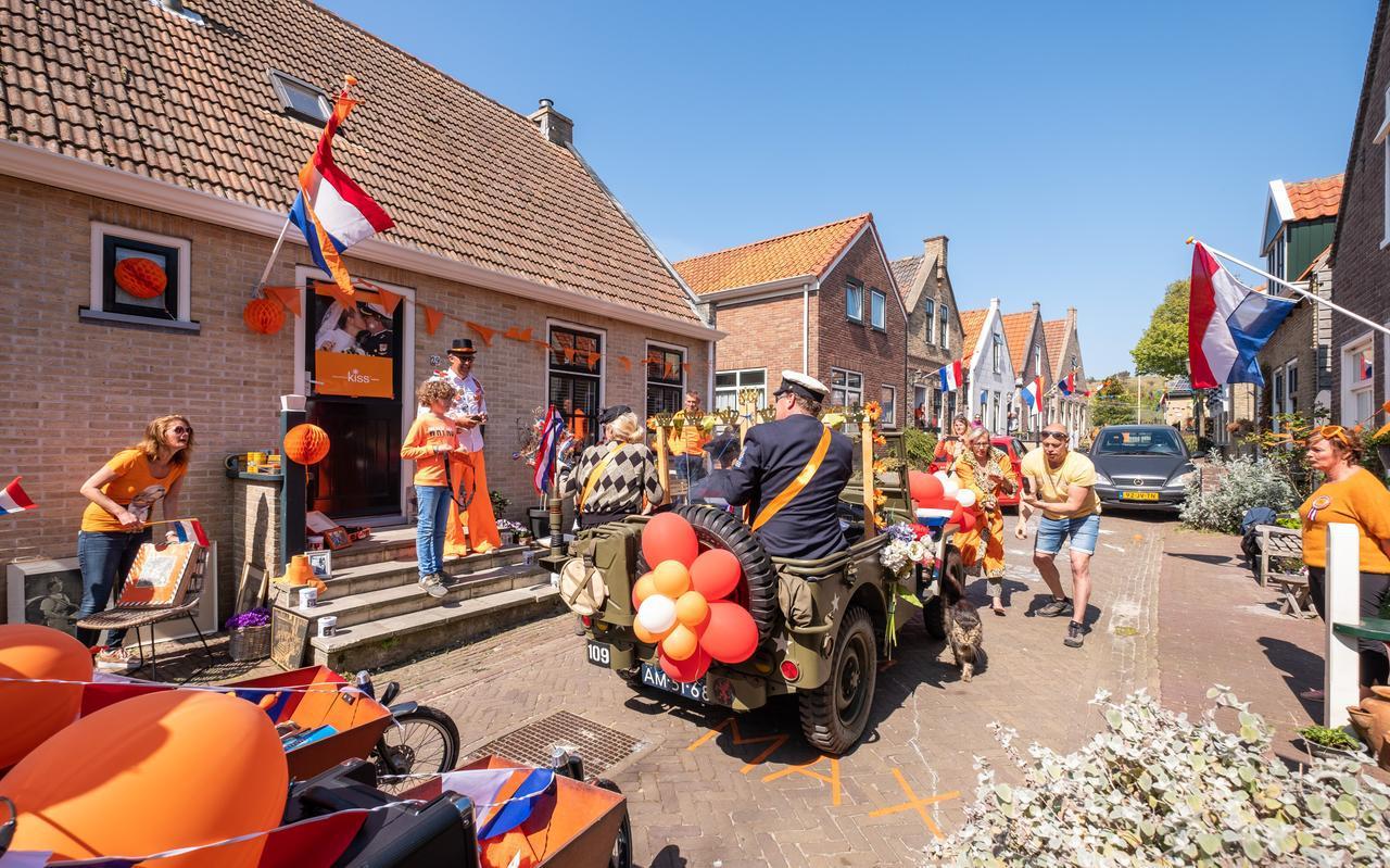 Sven Volkers en Eloise India reden als vorstelijk paar door de straten van West-Terschelling.