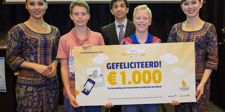 De winnende scholieren uit Heerenveen met de cheque. FOTO SINGAPORE AIRLINES