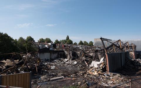 Fotoserie: Dit is er over van de uitgebrande massagesalon in de Oosterparkwijk
