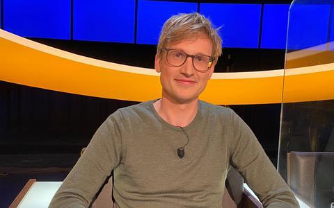 Bram Douwes in de stoel van tv-quiz De Slimste Mens.