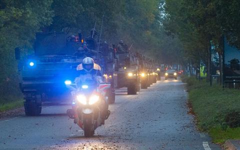 Gebulder bij de kazernepoort in Havelte, tientallen zware gevechtsvoertuigen rijden naar oefening