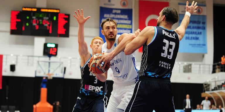 Drago Pasalic (33) probeert in Istanbul ex-NBA-speler Semih Erden van zich af te houden. Op de achtergrond kijkt Jobi Wall toe. Foto: FIBA Europe Cup