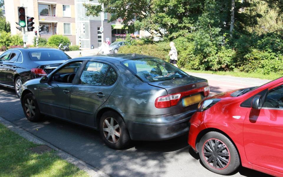 Automobilist naar ziekenhuis na kop-staartbotsing voor verkeerslichten in Groningen.