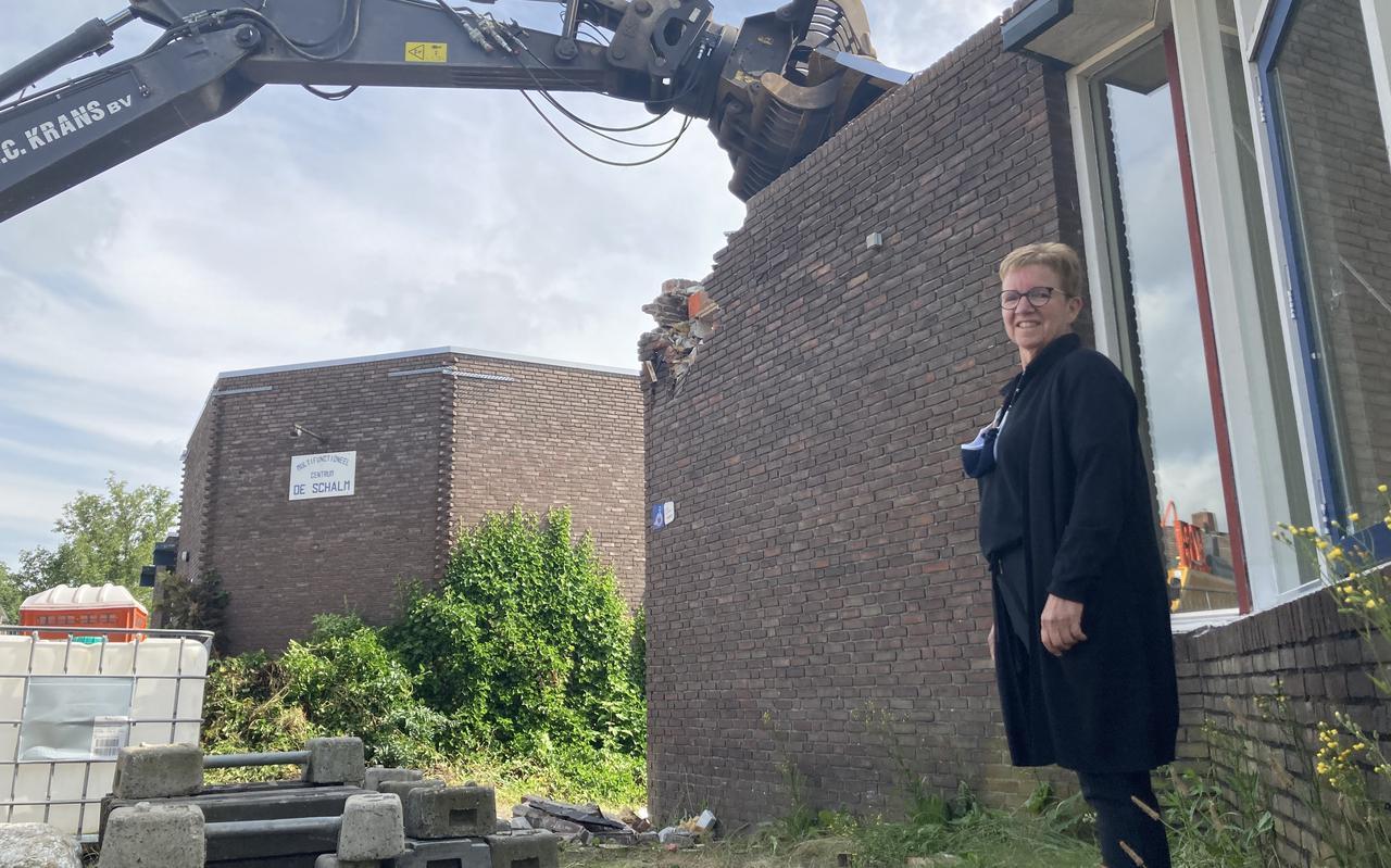 Janneke de Vries was de laatste 23 jaar beheerder van dorpshuis De Schalm. Dinsdagochtend zag zij hoe de sloop van het pand begon.