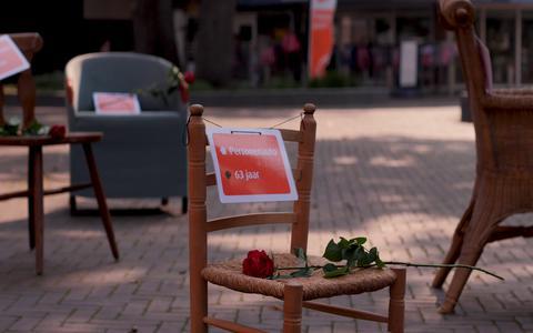 27 lege stoelen op het Marktplein in Emmen voor 27 verkeersslachtoffers