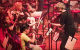 Muziekonderwijs bestaat niet alleen aan een jaarlijks bezoek aan een symfonieorkest, maar betekent ook structureel onderwijs krijgen van een bezielde vakdocent.