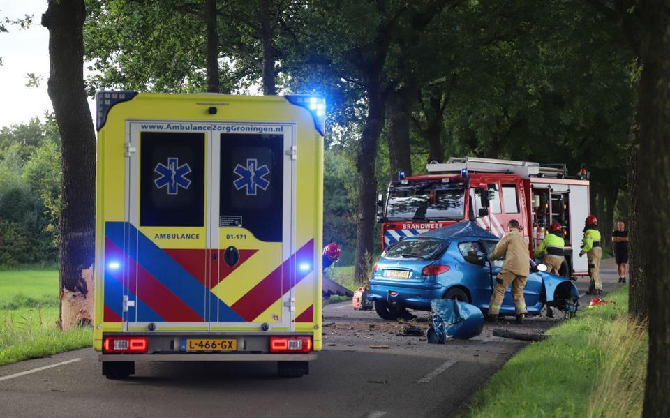 Zware botsing op Hoofdweg in Scharmer. Ambulances en traumahelikopter aanwezig, weg afgesloten.