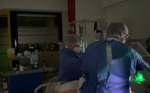 Verpleegkundige Dennis vlogt tijdens zijn nachtdienst op de corona-IC in Emmen. Wakker blijven zodat coronapatiënten kunnen slapen