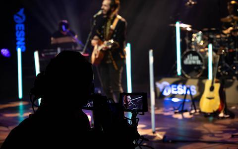 Bijna 200 artiesten gratis op de corona-versie van Eurosonic/Noorderslag. Geen dansende fans, maar een cameraploeg