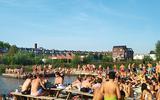 Veel jonge Groningers onderbraken vorige week hun studie voor een bezoekje aan het stadsstrand van Groningen.