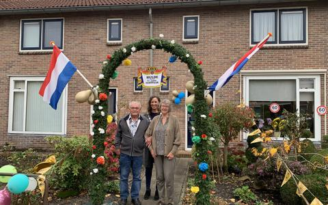 Mieni en Anne Daalman samen met burgemeester Mieke Damsma.