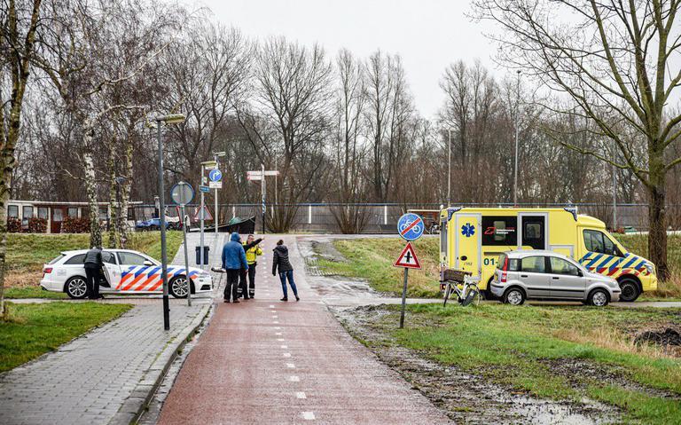 Fietsster met spoed naar ziekenhuis na aanrijding met auto op Onlandse Dijk in Groningen.