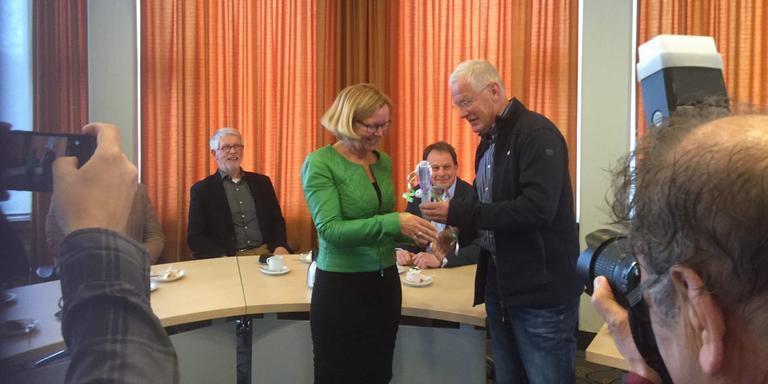 Burgemeester Marijke van Beek krijgt de dorpsvisie van Dorpsbelangen-voorzitter Harry Tiekstra.
