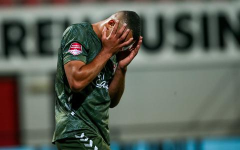 Een balende Jeredy Hilterman, spits van FC Emmen. Een overwinning tegen Helmond Sport zat er niet in.