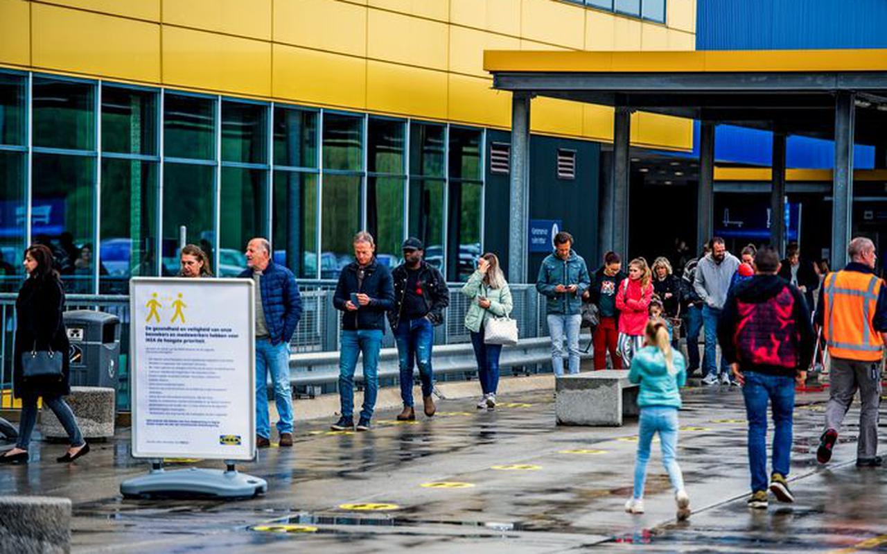Een rij om de Ikea weer in te komen na de sluiting in verband met het coronavirus.
