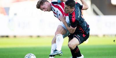 FC Emmen-spits Marko Kolar (r) in een verhit duel met Willem II-aanvoerder Jordens Peters.