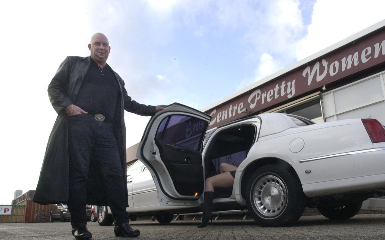 Arie Schouten, voormalig bordeelhouder in Emmen, was met zijn bedrijf Pretty Women drie jaar lang shirtsponsor van de Emmer amateurvoetbalclub Bargeres.