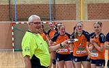 Gerrit Kok krijgt de Gouden Fluit toegekend voor zijn lange loopbaan als handbalscheidsrechter.