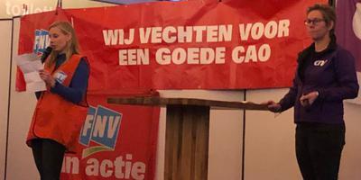 Marijke Eggengoor (links) en Pien Zijlstra (CNV) spreken de actievoerders toe. Foto: DvhN