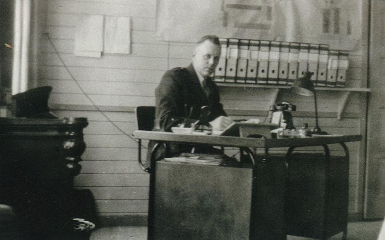Kampcommandant Jakob Kraeima (1912-1991) achter zijn bureau. Collectie Nationaal Gevangenismuseum